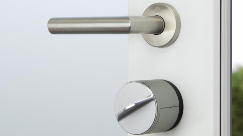 Kawałek białych drzwi, ze srebrną klamką pod którą znajduje się elektroniczny zamek do drzwi Gerdalock wersja 3.